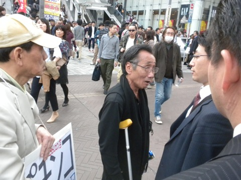 4月16日(土)、「パチンコ屋は節電に協力しろ!緊急呼びかけ委員会」は、第4回の街頭署名活動を新宿駅東南口階段下(GAP前)で行った。「うるさい!」などと言い掛かりを付けて妨害する輩が現れたが、公安警