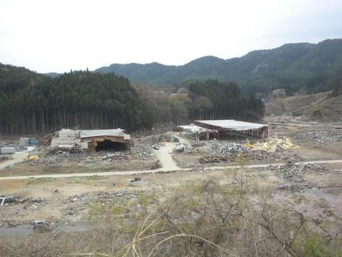 平成23年4月30日岩手県陸前高田市の津波被害地を視察。食品加工場の近くでは悪臭が漂い、カモメが群がっていた。