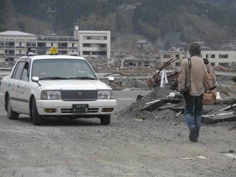 平成23年4月30日岩手県陸前高田市の津波被害地を視察 取材に来ていた朝日新聞記者といろいろ話をした。