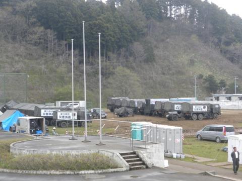 南三陸町志津川中学校の校庭に自衛隊