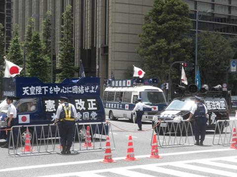 「大日本愛国党」(初代総裁は赤尾敏)の街宣車が3台来ていた
