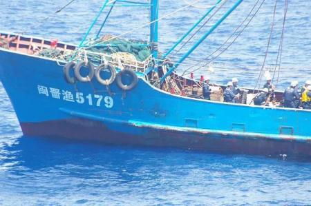 海上保安庁の巡視船と接触後、保安官の立ち入り検査を受ける中国のトロール漁船=7日午後2時15分ごろ、沖縄県・尖閣諸島の久場島沖(第11管区海上保安本部提供)