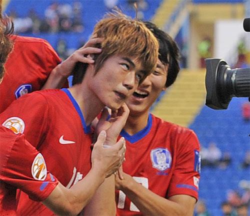 1月の日韓戦の前半22分、PKを決めた奇誠庸(キ・ソンヨン)がカメラの前に走って行き、日本人を人種差別するために左手で顔をかくしぐさの「猿セレモニー」