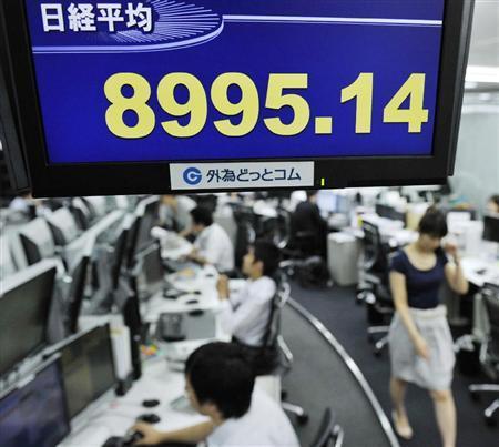 終値で9000円を割り込んだ日経平均株価を示すモニター