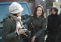 日本テレビの木村優子副部長(中央)も悲しみにくれた=6日午後1時ごろ、東京都渋谷区