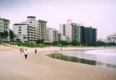 リュウマチなどに効くので沢山の人達が海水浴と治療に訪ねるブラジルのガラパリ海岸の黒い砂のところの1時間あたりの自然放射線量は15マイクロシーベルトだ。
