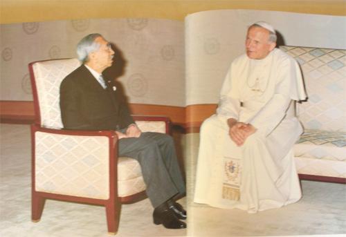 ローマ法王ヨハネパウロ2世の上座にお座りになる先帝陛下(昭和天皇)
