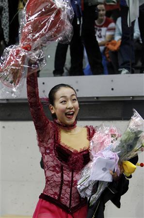 世界選手権2010ショートプログラムで完璧な演技後に観客の声援に応える浅田真央