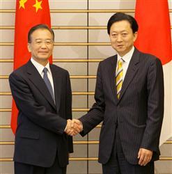 会談を前に握手を交わす中国の温家宝首相(左)と鳩山由紀夫首相 =5月31日午前、首相官邸