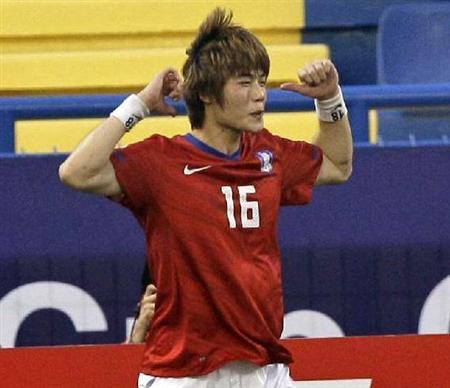 月25日、アジアカップ準決勝の日韓戦の前半22分、PKを決めた奇誠庸(キ・ソンヨン)はカメラの前に走って行き、左手で顔をかくしぐさの'猿セレモニー'をした。
