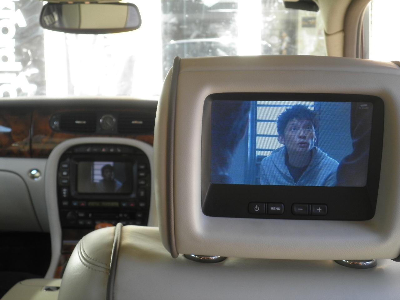 ジャガーXJのヘッドレストモニターで地デジが観れます。
