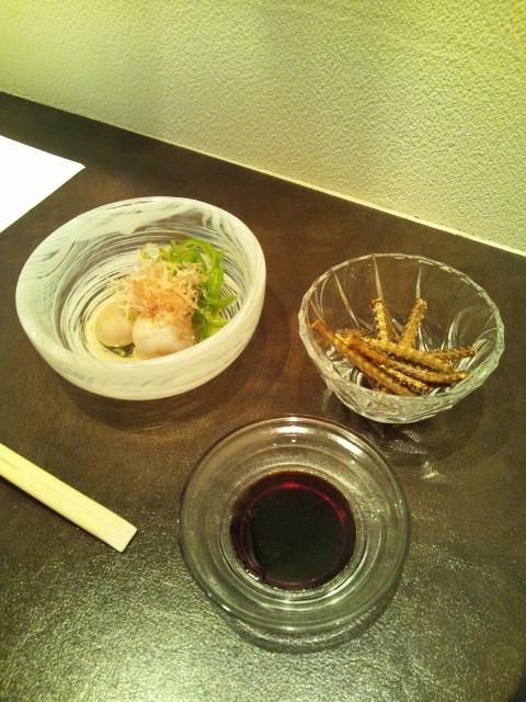 鰻骨せんべいと万願寺唐辛子と小芋のお浸し