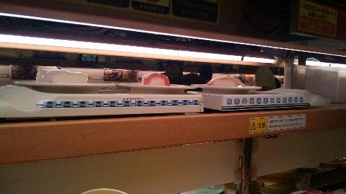 お寿司が運ばれてきます
