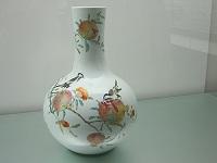 )粉彩石榴喜鵲紋天球瓶 (18世紀
