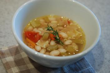 たっぷり野菜入りいんげん豆とパスタのスープ ローズマリーのアロマオイルのせ