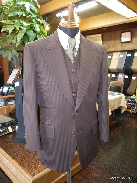 チェンジポケットの幅が広いスーツです