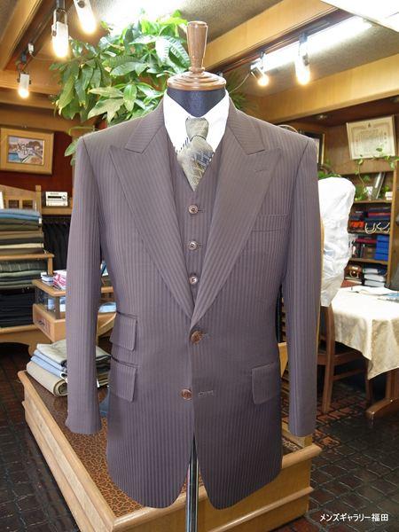 ワイドラペルのブラウンスリーピーススーツ