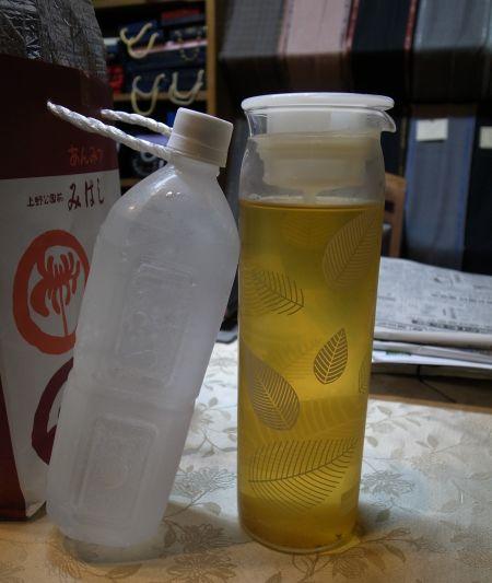 お茶と凍らせたペットボトル