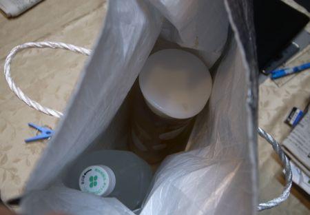 保冷バッグにお茶とペットボトルを入れます