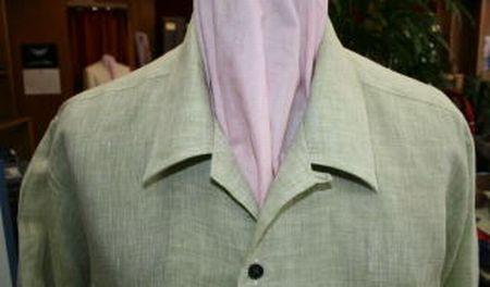 襟が開きすぎないオープンシャツ
