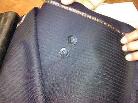 エレガンザに合わせた青いボタン