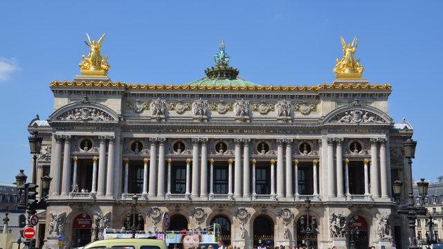 オペラ座と「アポロンと詩と音楽」の彫刻