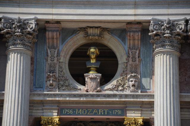 オペラ座とモーツァルトの胸像