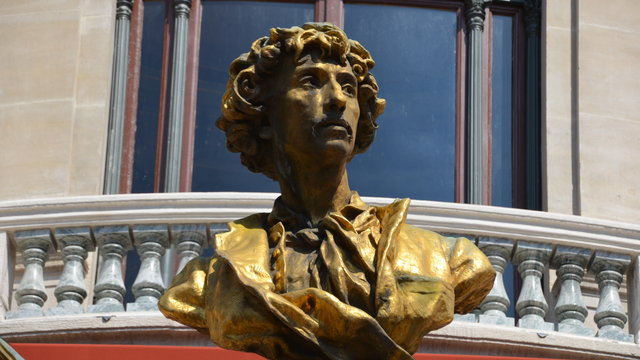 オペラ座とシャルル・ガルニエの胸像