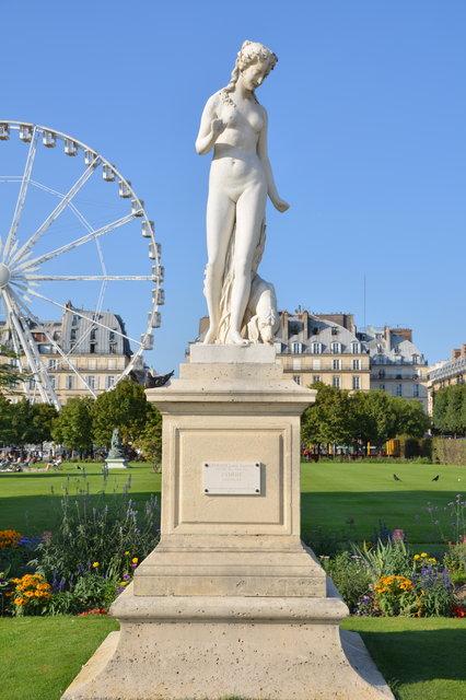 チュイルリー公園:大観覧車とニンフの彫像
