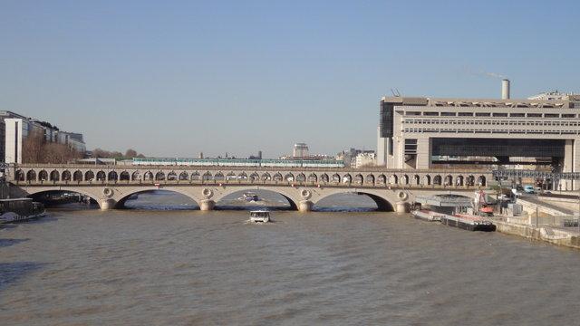 セーヌ川とベルシー橋とメトロと経済・財政・産業省