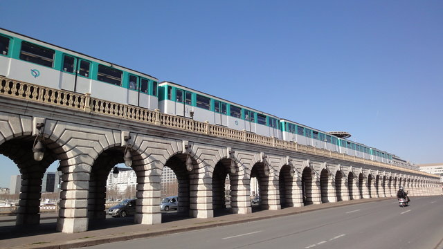 ベルシー橋とメトロ