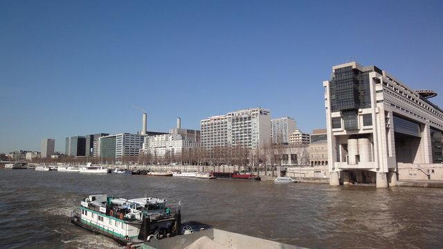 セーヌ川とベルシー河岸と経済・財政・産業省