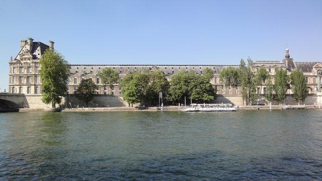 セーヌ川とルーヴル