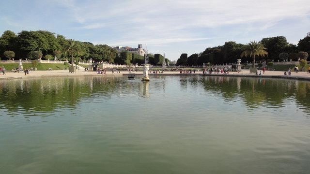夏のリュクサンブール公園の池