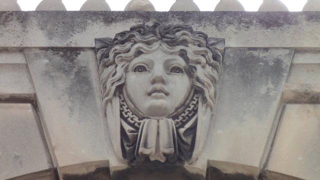ヴァンセンヌ城:顔の彫刻