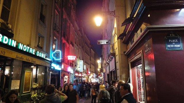 パリ:ユシェット通りの夜