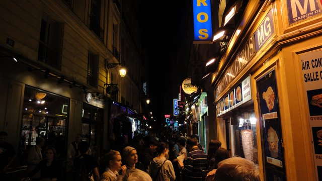 パリ:グザヴィエ・プリヴァ通りの夜