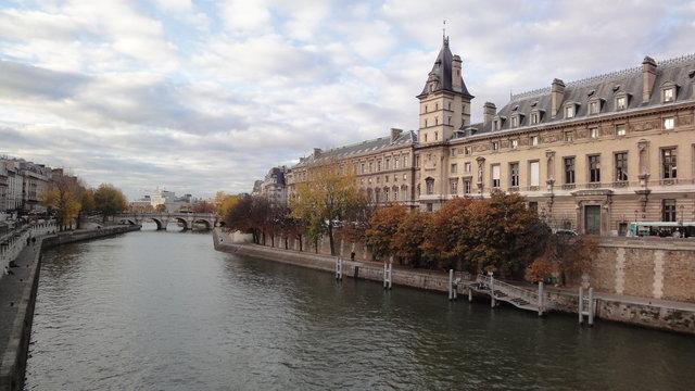 秋のセーヌ川とシテ島:ケ・デゾルフェーヴル通りとポン・ヌフ