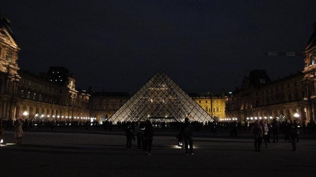 ルーヴルのピラミッドの夜