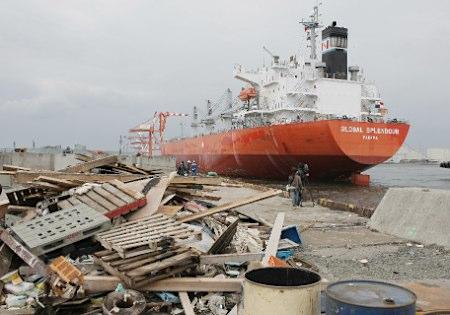 27日午後、仙台塩釜港に入港した「グローバル・スプレンダー」。パナマ船籍で、インドネシアで石炭約1万トンを積み、釧路港に寄港した後、到着した。