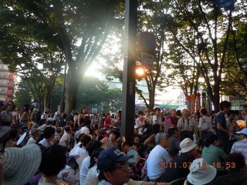客席じゃないところからいったんは移動した人たちが、パレードの音楽が鳴り出した途端戻り始めてきた