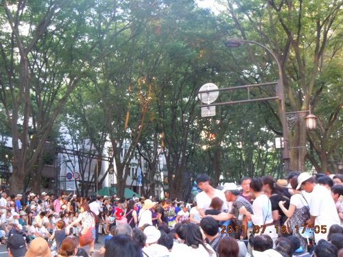 パレードが迫り、怒号が飛ぶ中を平気で歩き回る人たち
