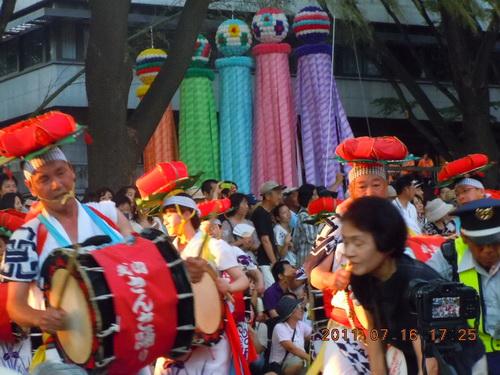 パレードでのパフォーマンス中にも関わらず、すでにステージとなっている道路を勝手に歩行を続け平気な人たち