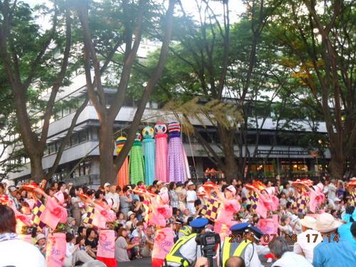 4列から2列になって踊りを披露する花笠音頭の山形の人たち