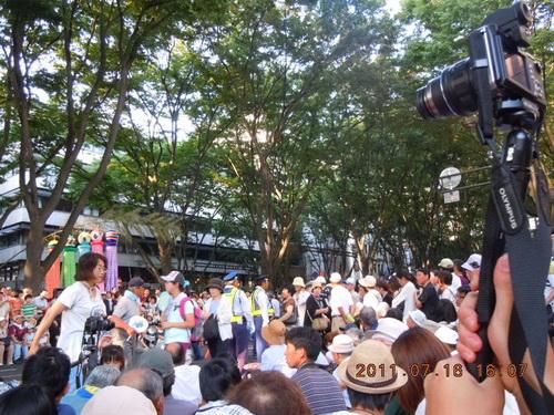 移動させられた人たちが、移動しないままの人たちを見て抗議
