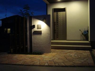 夜の玄関アプローチ