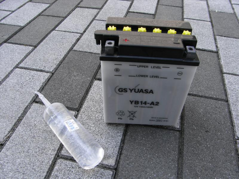 開放型バッテリーと補充液