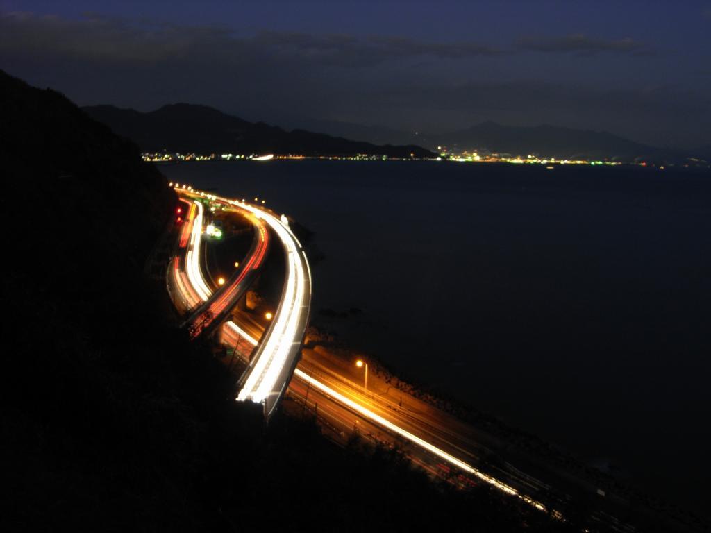 ハイウェイを光が流れ、街の光が浮かび上がり・・・w