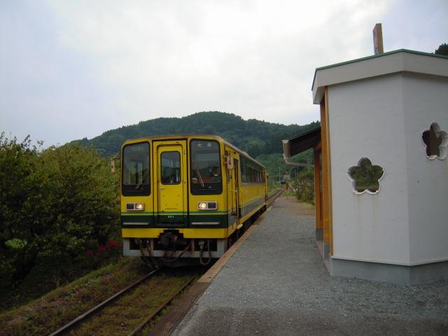 おみくじ駅舎と幸せの黄色い列車