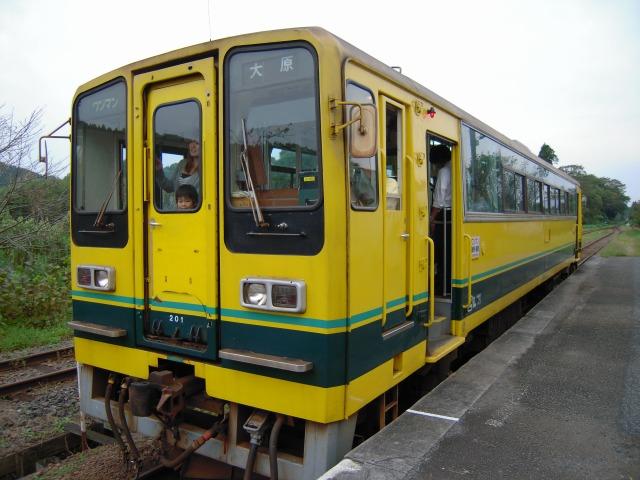 国吉駅の黄色い列車
